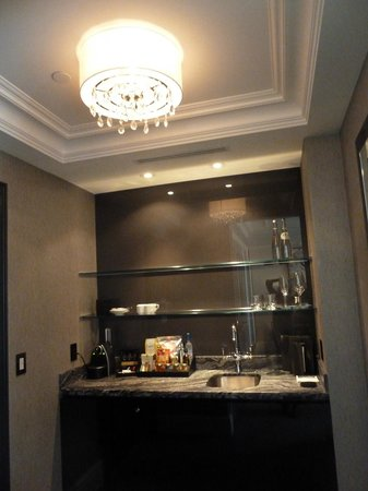 Trump International Hotel & Tower Toronto: Mini-bar in our room