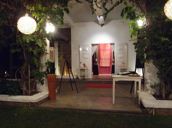 Maison Souvannaphoum Hotel: Entrance at night