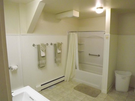 Lace Lodging: Huge bathroom