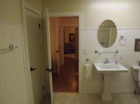 Lace Lodging: Huge bathroom-lots of space period