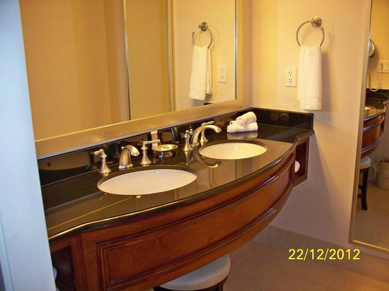 Gaylord National Resort & Convention Center: Double sinks in bathroom (Nice!)