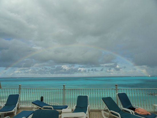 Hotel Riu Cancun: Rainbow after a rain view from swim up bar