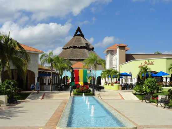 Sandos Playacar Beach Resort: Plaza