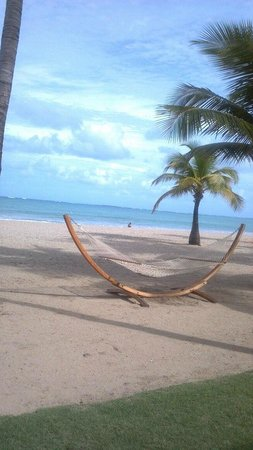 Courtyard Isla Verde Beach Resort: Hammocks on beach