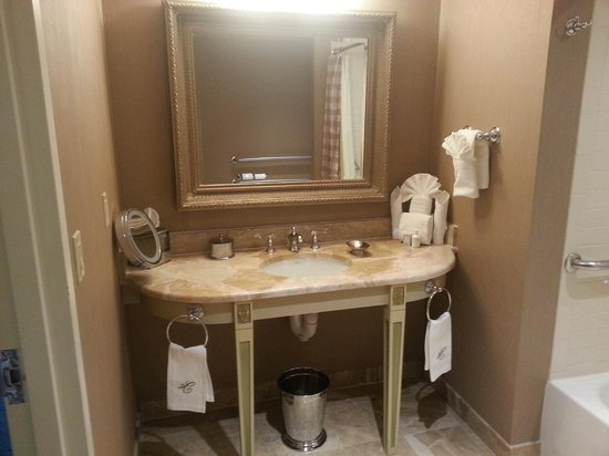 Hotel Commonwealth: Bathroom vanity