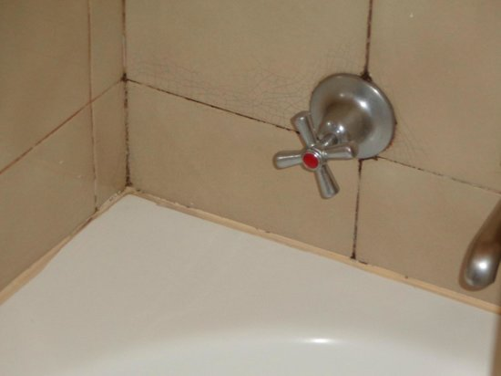 The Russell Hotel: dirty tub grout