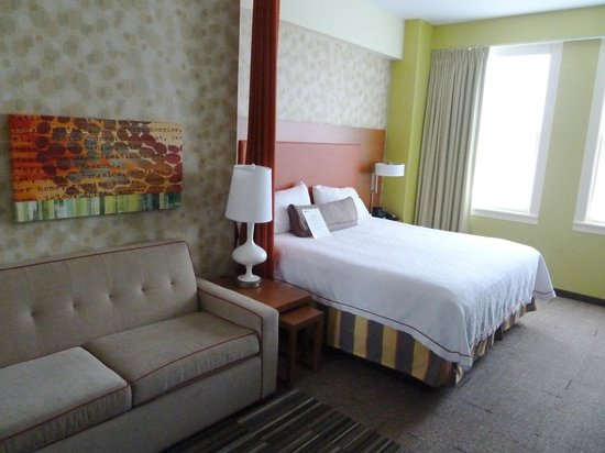 Home2 Suites by Hilton San Antonio Downtown - Riverwalk: Bed and Couch