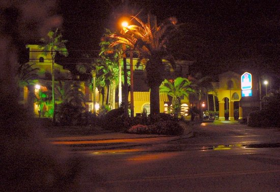 Best Western St. Augustine Beach Inn: Night view of hotel from across the road