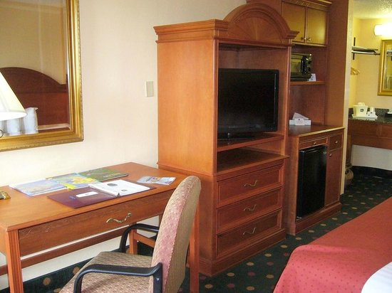 BEST WESTERN St. Augustine Beach Inn: Work desk, TV, MW & fridge