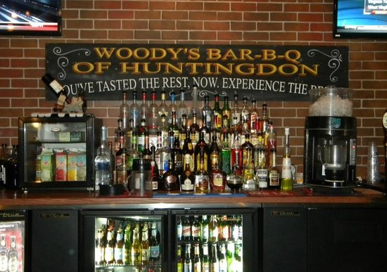 Woody's Bar-B-Q: Full liquor bar!