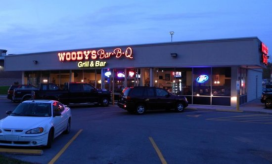 Woody's Bar-B-Q : Storefront