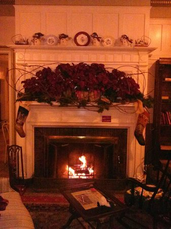 Yankee Pedlar Inn - TEMPORARILY CLOSED: Awesome Fireplace