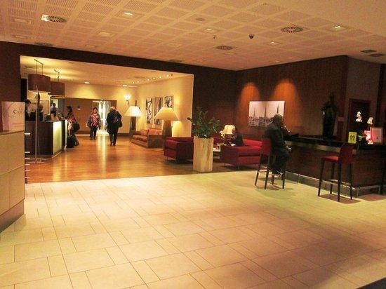 Radisson RED Brussels: Hotel Lobby
