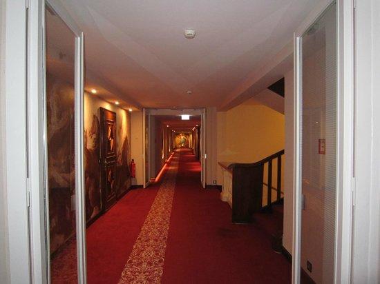 Hotel Vier Jahreszeiten Kempinski Munchen: 5th floor hallway