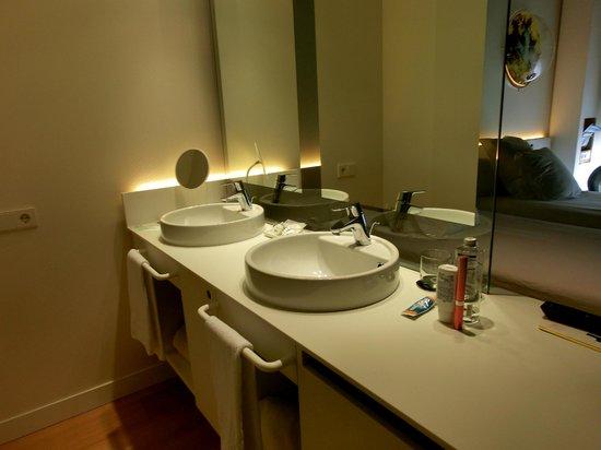 Barcelo Sants: 洗面台(バスルームの外にある)