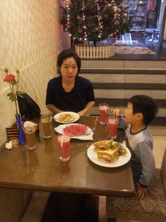 Splendid Star Grand Hotel: Having breakfast