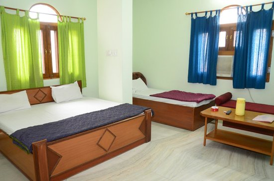 Hotel Krishnam Palace: Triple Bed room