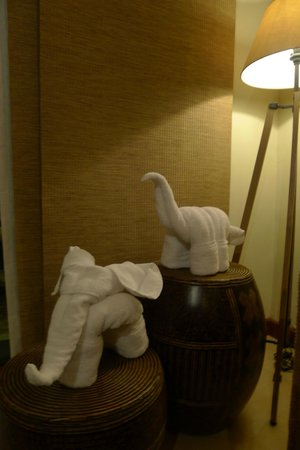 Crimson Resort and Spa, Mactan: bath towel art