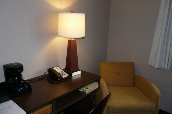 Super 8 Winnipeg East: A corner of my room
