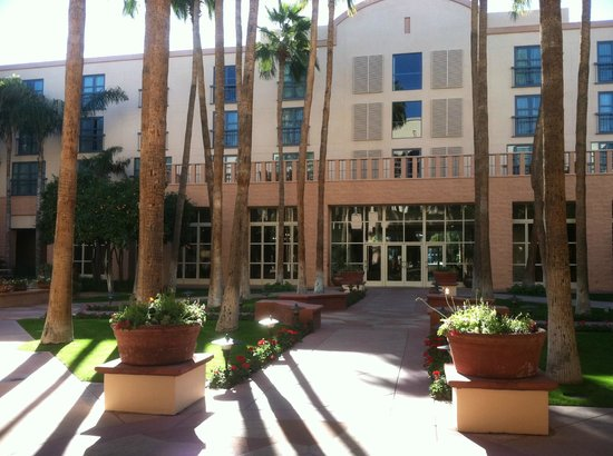 Tempe Mission Palms Hotel and Conference Center: Front Entrance