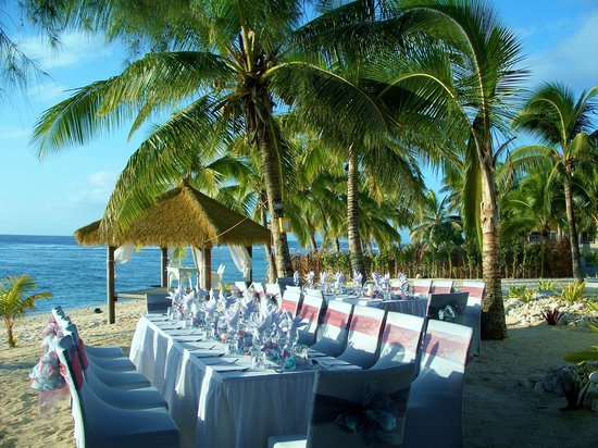 Crown Beach Resort & Spa: Beachfront dinner set up