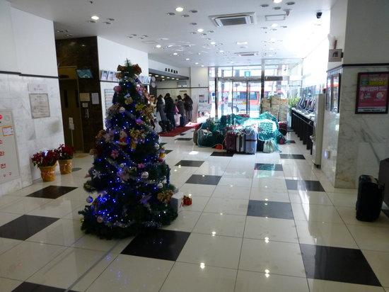 Toyoko Inn Busan Station 2: フロントと無造作に預かっている荷物