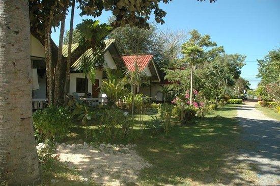 Lanta Nice Beach Resort: jardin / garden