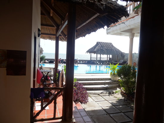 Hai Yen Family Resort: the view on the swimming pool from the door of the cottage number one
