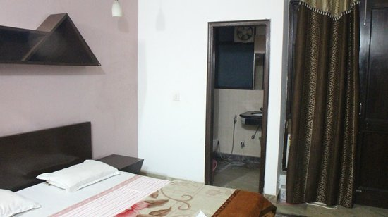 Daaksh Residency-Gurgaon: Room