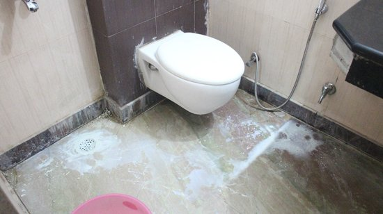 Daaksh Residency-Gurgaon: dirty bathroom with no hot water