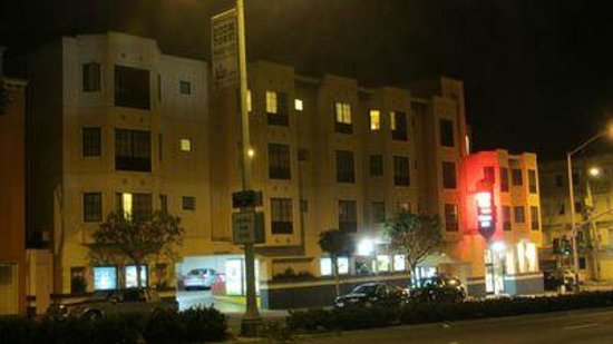 Buena Vista Motor Inn: Hotel at night from Lombard street