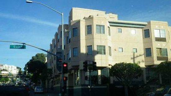 Buena Vista Motor Inn: Hotel from Lombard street