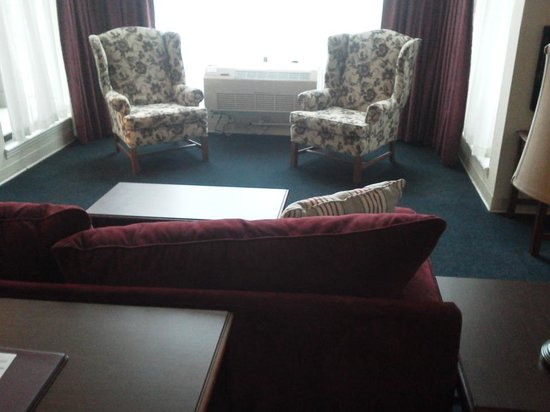 Comfort Inn at Maplewood: Living room in VIP suite