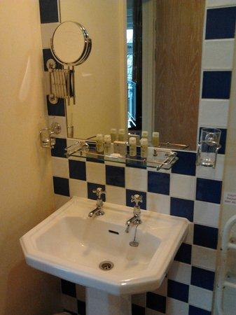 The County Hotel: Bathroom