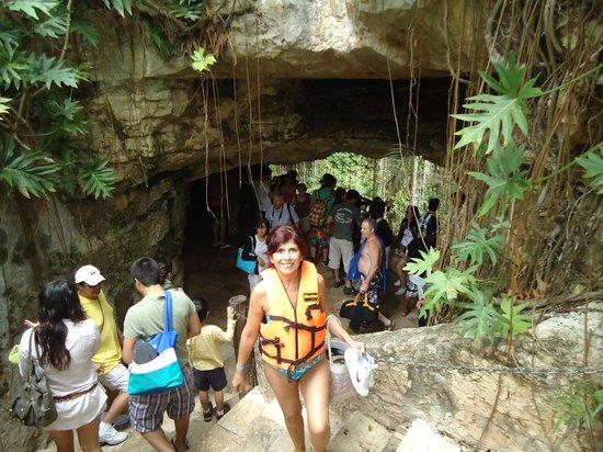 Cenote Ikil: Bajando las escaleras hacia el interior de la caverna