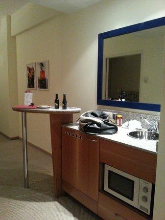 Starlight Suites Hotel: kitchenette