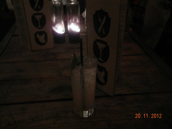 Ace Hotel New York: 1階バーで一杯。