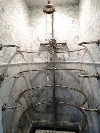 The Twelve Oaks Bed & Breakfast: Late 1800's Rib Cage (Needle) Shower