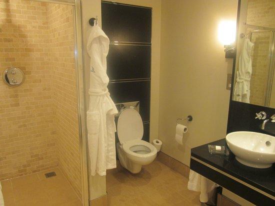 Bowood Hotel, Spa and Golf Resort: spacious bathroom (also a bath)