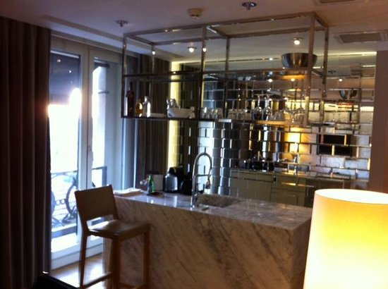 Witt Istanbul Suites: Nice Bar and Kitchen
