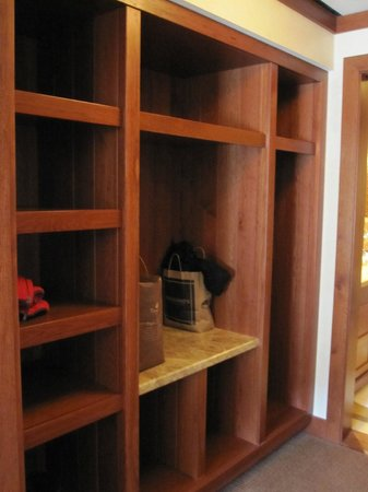 Four Seasons Resort and Residences Vail: suite storage area