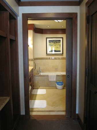 Four Seasons Resort and Residences Vail: view of suite bathroom