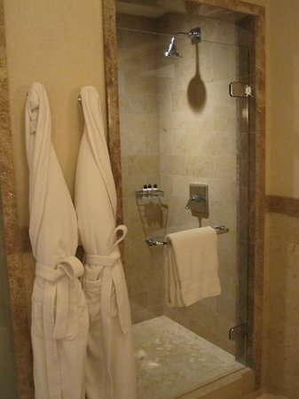 Four Seasons Resort and Residences Vail: suite main shower