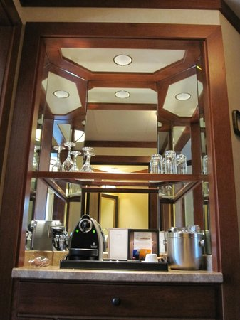 Four Seasons Resort and Residences Vail: Wet Bar in Suite