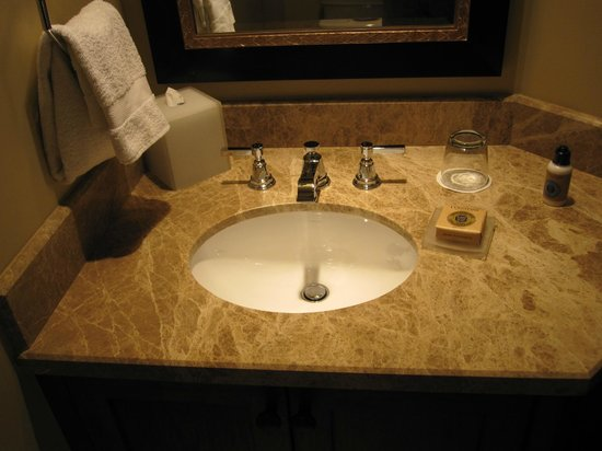 Four Seasons Resort and Residences Vail: Sink in suite