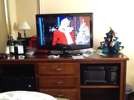 Country Inn & Suites By Carlson, Marquette: TV, mini fridge and microwave ( our wine and mini x-mas tree)