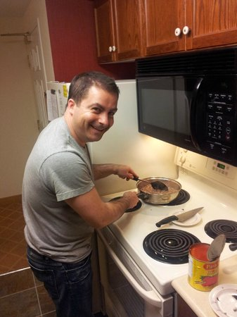 Residence Inn Toronto Markham : my buddy Louie cooking us Pasta