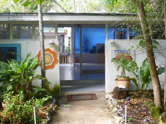 Sivananda Ashram Yoga Retreat : entrance to the temple