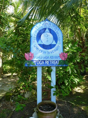 Sivananda Ashram Yoga Retreat: welcome sign
