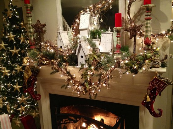 Hope and Glory Inn : Christmas decor over the fireplace.